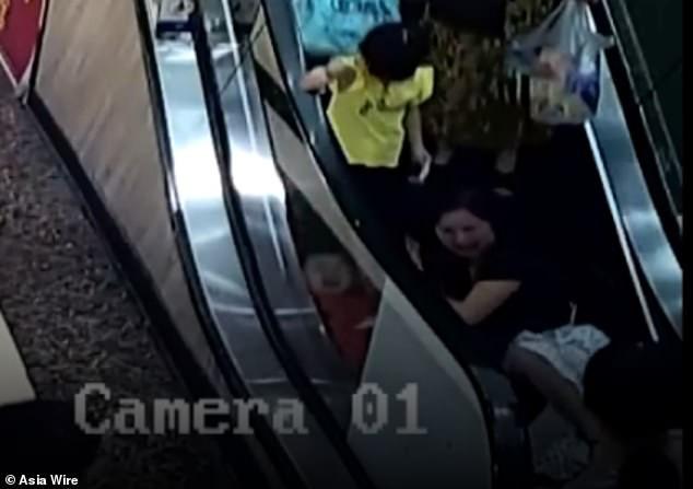 Bé 2 tuổi suýt mất cánh tay do bị kẹt vào thang cuốn, mẹ la hét cầu cứu không ngừng - Ảnh 2