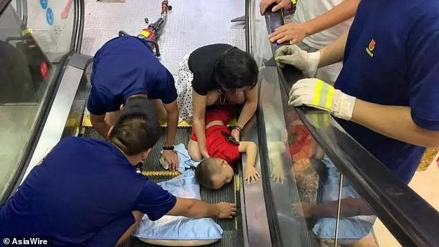 Bé 2 tuổi suýt mất cánh tay do bị kẹt vào thang cuốn, mẹ la hét cầu cứu không ngừng - Ảnh 3