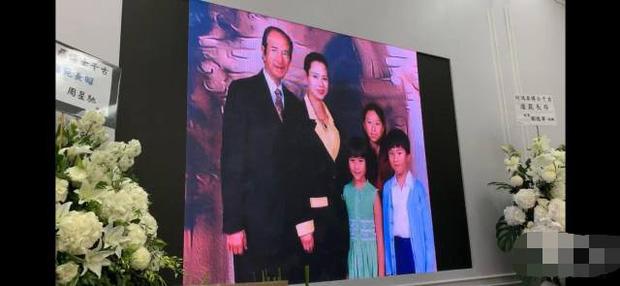 Diễn biến tang lễ trùm sòng bạc Macau: Vợ con khóc nức nở, bà Hai ngã bệnh nặng, ảnh hiếm của đại gia tộc được trình chiếu - Ảnh 4