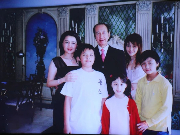 Diễn biến tang lễ trùm sòng bạc Macau: Vợ con khóc nức nở, bà Hai ngã bệnh nặng, ảnh hiếm của đại gia tộc được trình chiếu - Ảnh 8