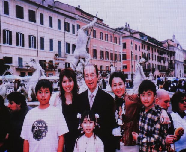 Diễn biến tang lễ trùm sòng bạc Macau: Vợ con khóc nức nở, bà Hai ngã bệnh nặng, ảnh hiếm của đại gia tộc được trình chiếu - Ảnh 9