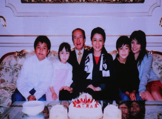 Diễn biến tang lễ trùm sòng bạc Macau: Vợ con khóc nức nở, bà Hai ngã bệnh nặng, ảnh hiếm của đại gia tộc được trình chiếu - Ảnh 10