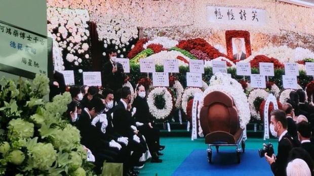 Diễn biến tang lễ trùm sòng bạc Macau: Vợ con khóc nức nở, bà Hai ngã bệnh nặng, ảnh hiếm của đại gia tộc được trình chiếu - Ảnh 13