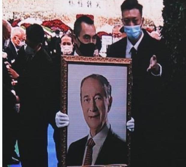 Diễn biến tang lễ trùm sòng bạc Macau: Vợ con khóc nức nở, bà Hai ngã bệnh nặng, ảnh hiếm của đại gia tộc được trình chiếu - Ảnh 15
