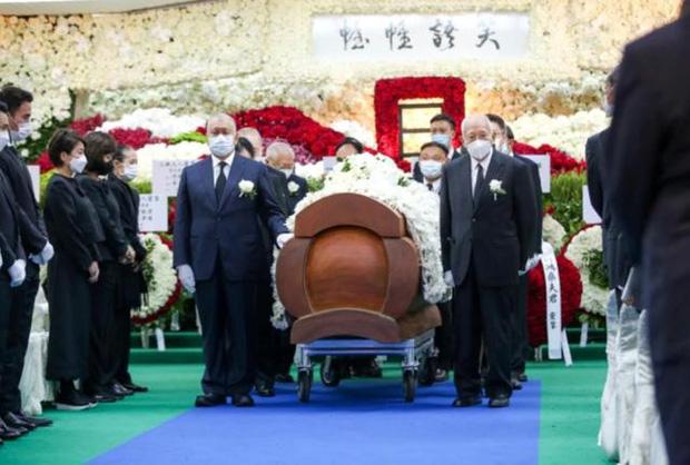 Hé lộ chi phí đám tang siêu xa xỉ trùm sòng bạc Macau: Tổng 210 tỷ, quan tài gỗ quý cả chục tỷ, hoa trang trí quá cầu kỳ - Ảnh 2