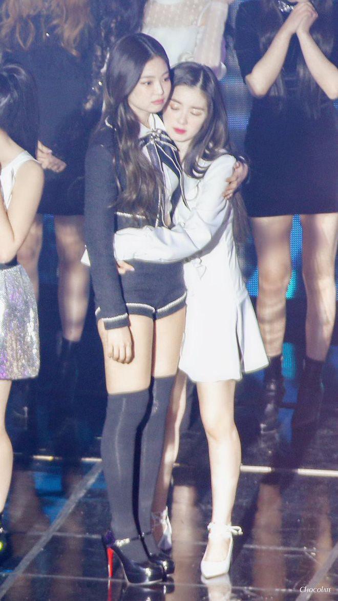 """Jennie bỏ dở hát encore để chạy ra ôm Irene khoe tình chị em thắm thiết, """"thuyền"""" BLACKVELVET lại 1 lần nữa """"ra khơi""""! - Ảnh 9"""