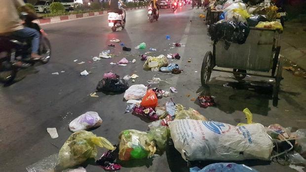 Xế hộp tông văng nữ công nhân dọn vệ sinh môi trường trên quốc lộ - Ảnh 1