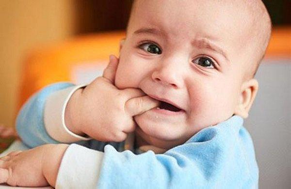 9 dấu hiệu trẻ mọc răng và cách làm giảm khó chịu cho bé - Ảnh 3