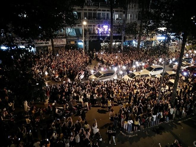 Cảnh sát dùng chích điện để giải tán đám đông đón sao Hàn ở TP.HCM - Ảnh 1