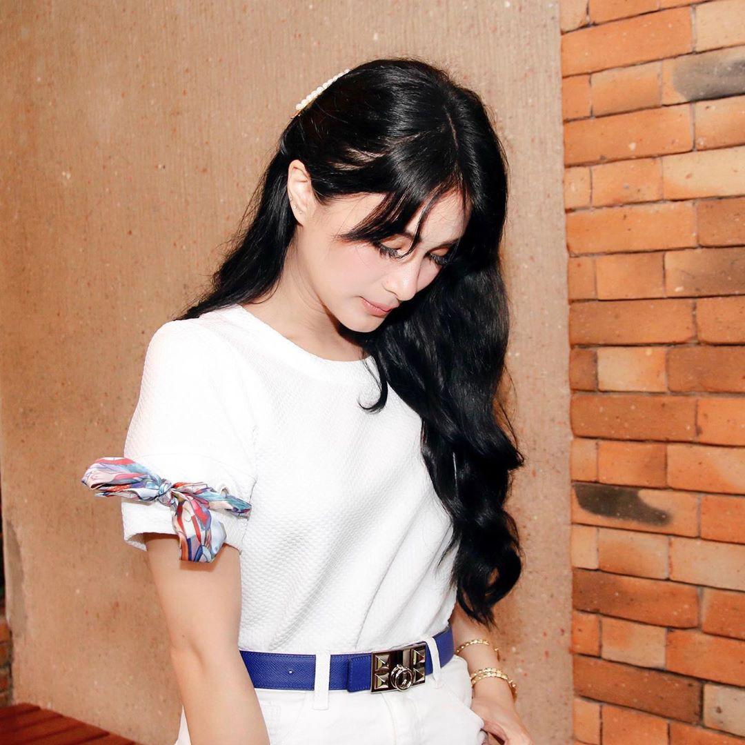 Vị phu nhân thượng nghị sĩ - bạn thân Hà Tăng có cách diện áo phông trắng rất sang xịn, nàng công sở nên học theo ngay - Ảnh 3