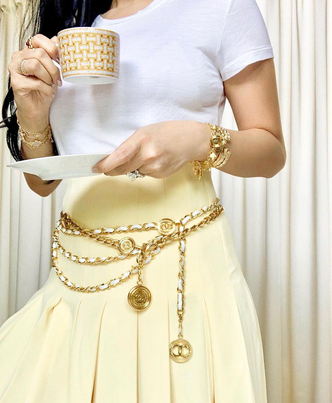 Vị phu nhân thượng nghị sĩ - bạn thân Hà Tăng có cách diện áo phông trắng rất sang xịn, nàng công sở nên học theo ngay - Ảnh 4