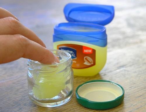 Dùng dầu dừa làm son dưỡng theo cách này, trời lạnh hay hanh khô cỡ nào môi vẫn mềm mịn, căng hồng - Ảnh 3
