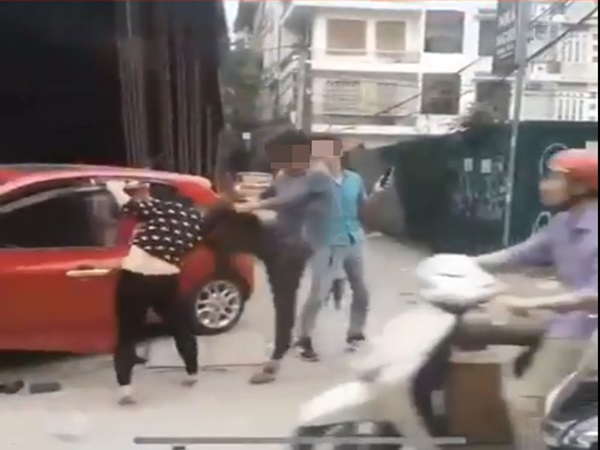 Clip: Chồng đánh đập, lôi đầu vợ trên phố mặc con gào khóc khiến cánh mày râu 'sôi máu' - Ảnh 1