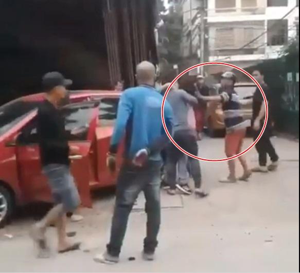 Clip: Chồng đánh đập, lôi đầu vợ trên phố mặc con gào khóc khiến cánh mày râu 'sôi máu' - Ảnh 2