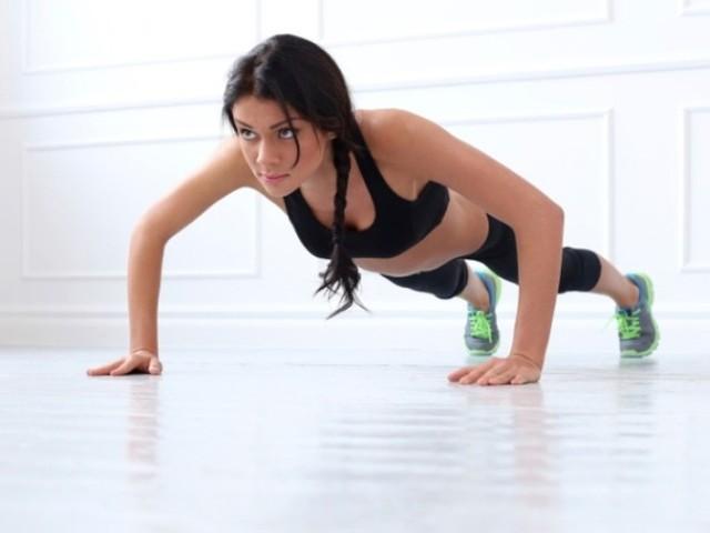Chống đẩy là bài tập đơn giản giúp giảm mỡ phần bụng, lưng và vai hiệu quả