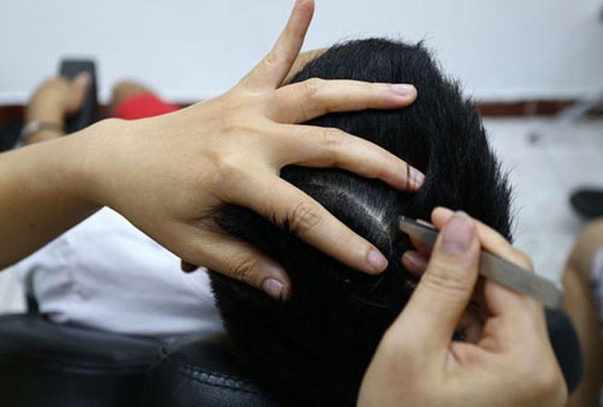 Nhổ tóc bạc bằng nhíp là cách làm nhanh và triệt để nhất