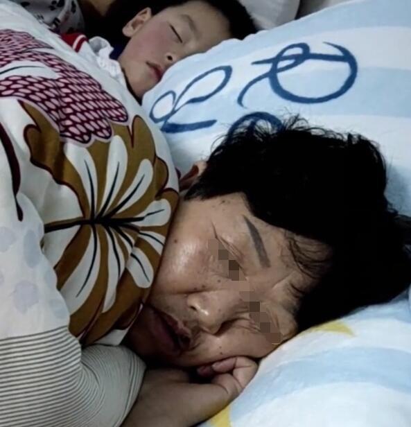 """""""Mẹ ơi, trên người bà có mùi gì lạ lắm"""" - câu nói tưởng bâng quơ của trẻ nhưng khi biết nguyên do, mẹ lập tức cho con ngủ riêng với bà nội - Ảnh 1"""