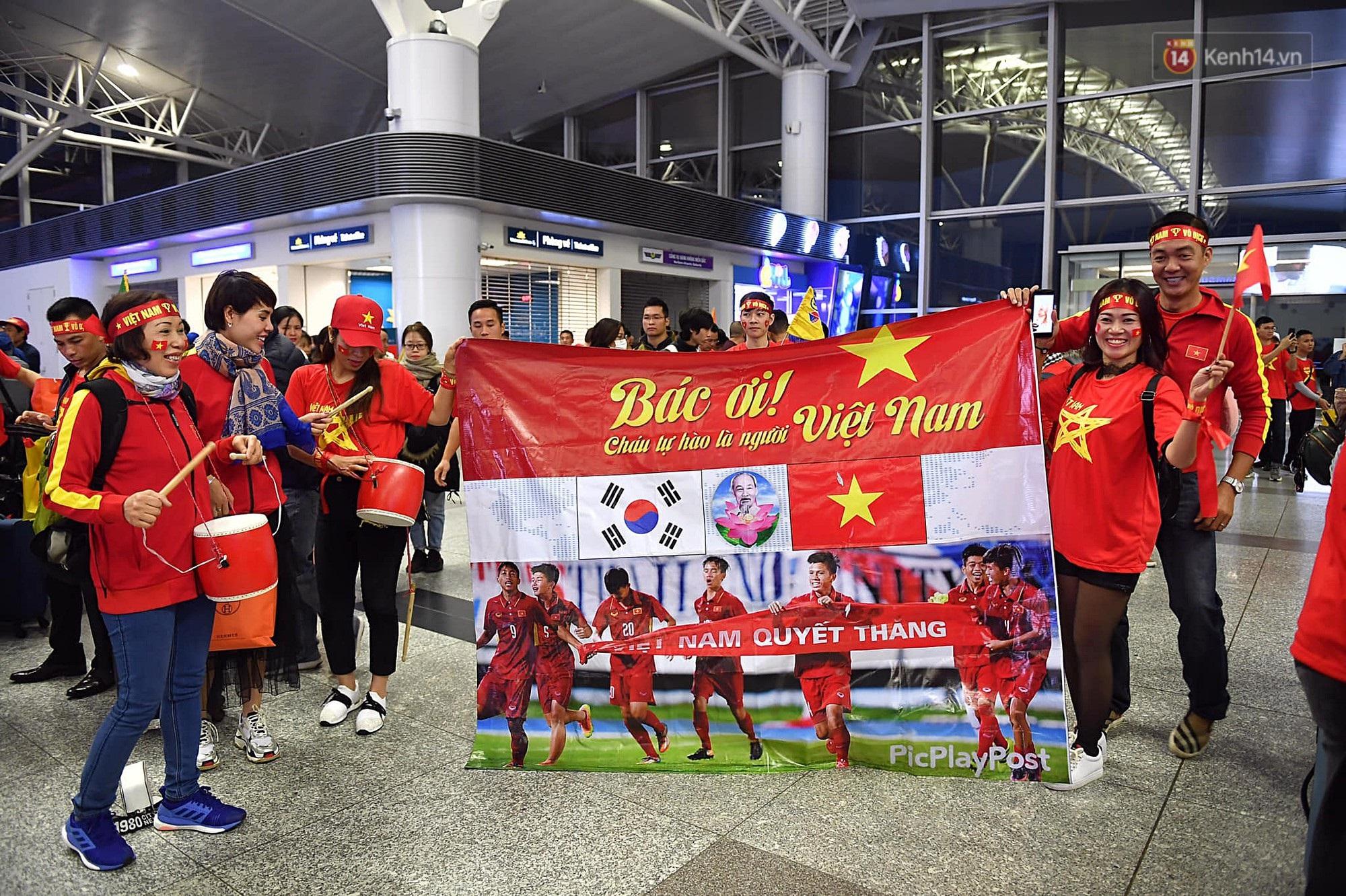 CĐV Việt Nam cùng nhau hát Quốc ca ở độ cao 10.000m, hết mình cổ vũ cho ĐT nước nhà trong trận chung kết AFF Cup 2018 - Ảnh 1