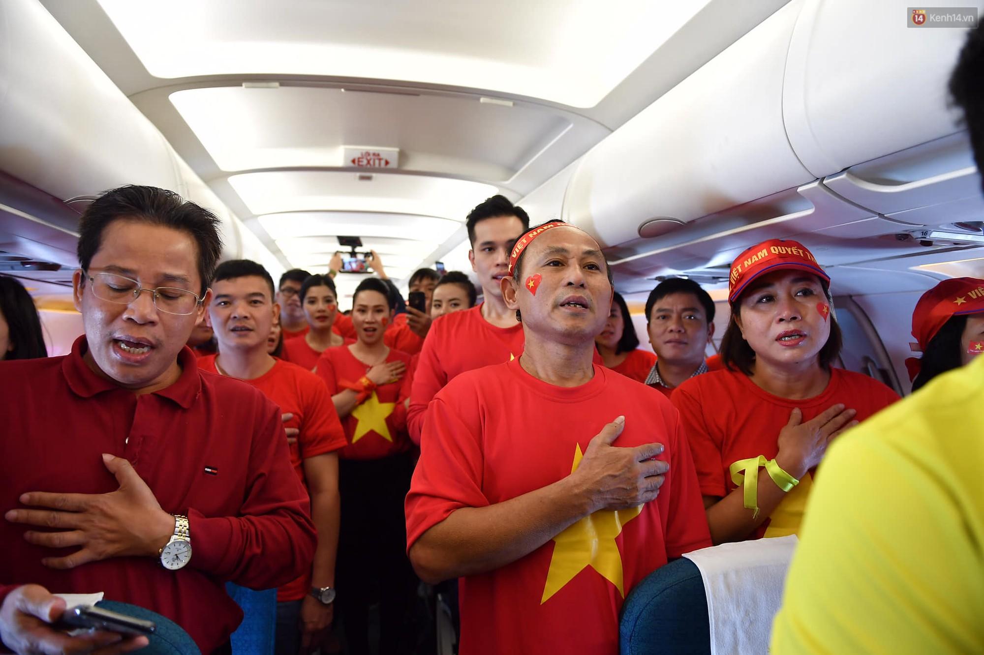 CĐV Việt Nam cùng nhau hát Quốc ca ở độ cao 10.000m, hết mình cổ vũ cho ĐT nước nhà trong trận chung kết AFF Cup 2018 - Ảnh 2