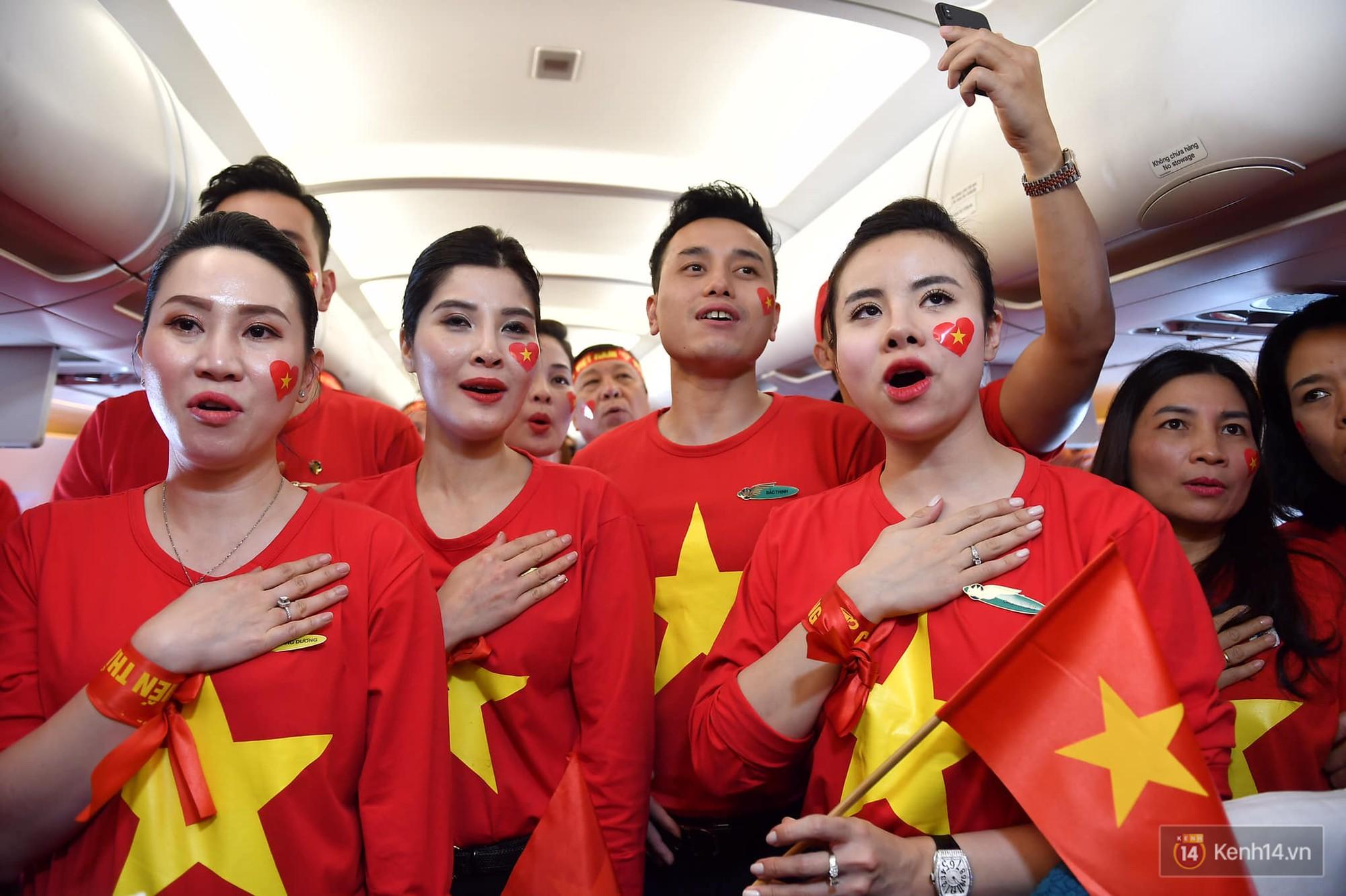 CĐV Việt Nam cùng nhau hát Quốc ca ở độ cao 10.000m, hết mình cổ vũ cho ĐT nước nhà trong trận chung kết AFF Cup 2018 - Ảnh 3