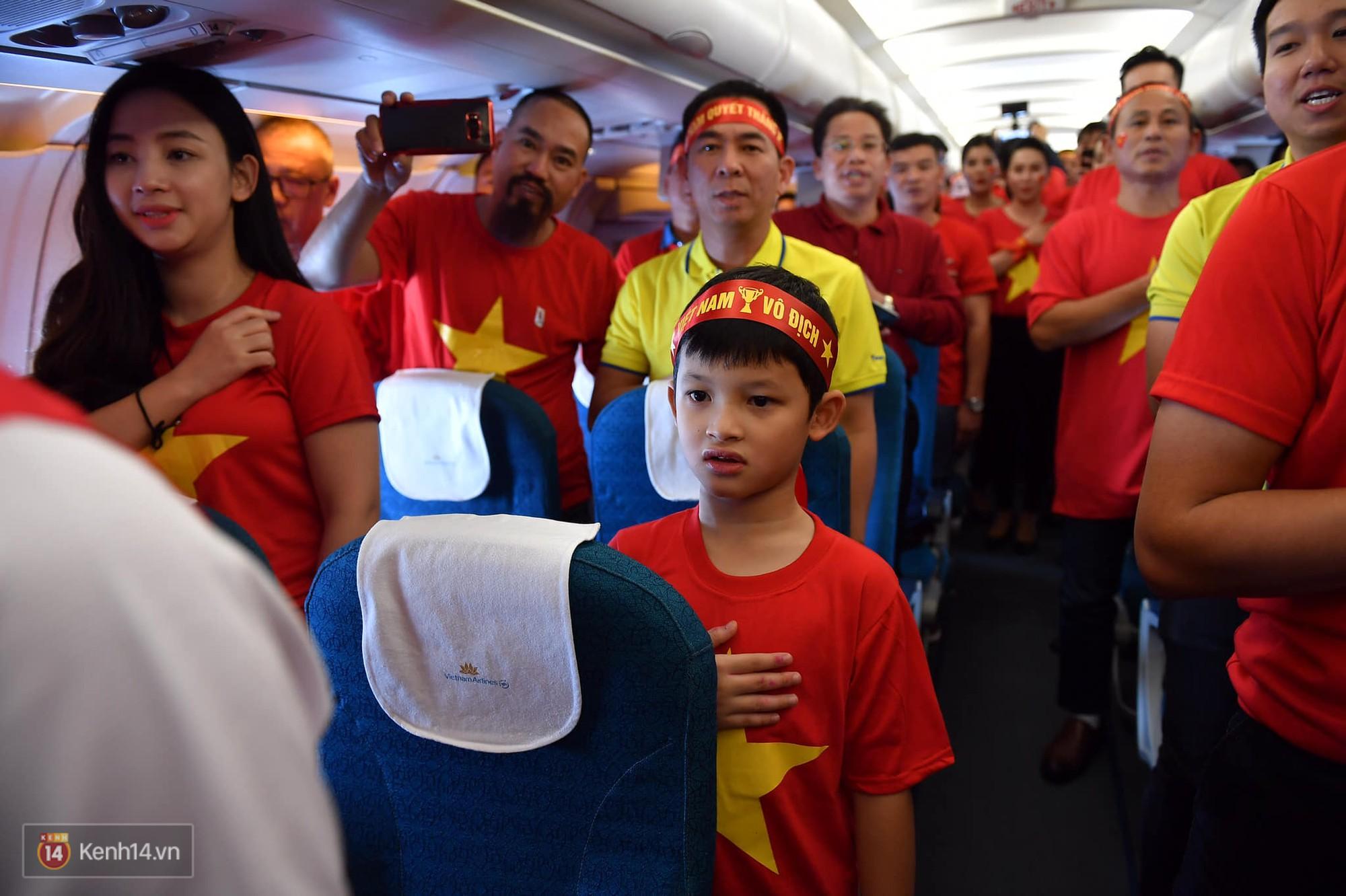CĐV Việt Nam cùng nhau hát Quốc ca ở độ cao 10.000m, hết mình cổ vũ cho ĐT nước nhà trong trận chung kết AFF Cup 2018 - Ảnh 4