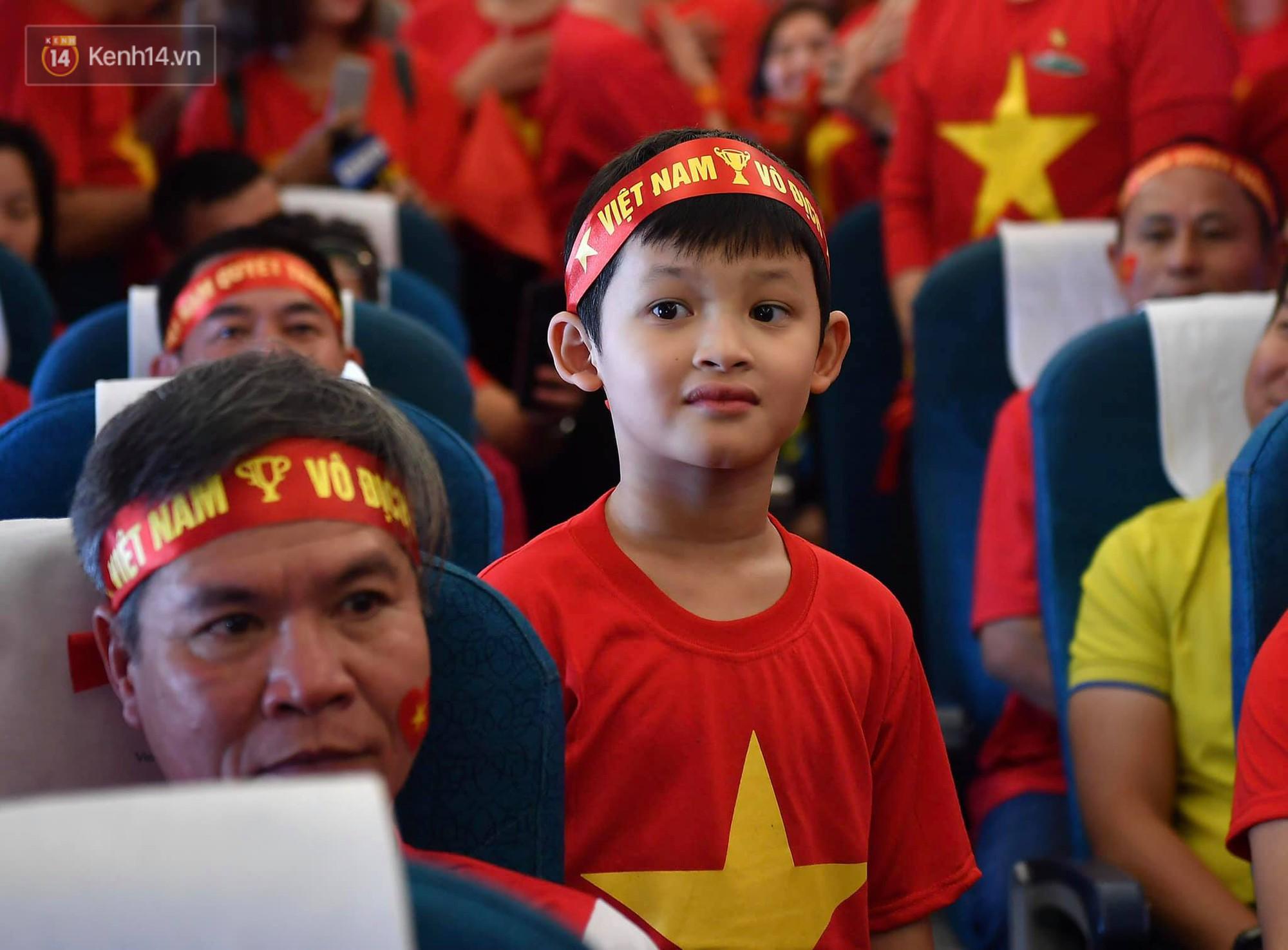 CĐV Việt Nam cùng nhau hát Quốc ca ở độ cao 10.000m, hết mình cổ vũ cho ĐT nước nhà trong trận chung kết AFF Cup 2018 - Ảnh 5