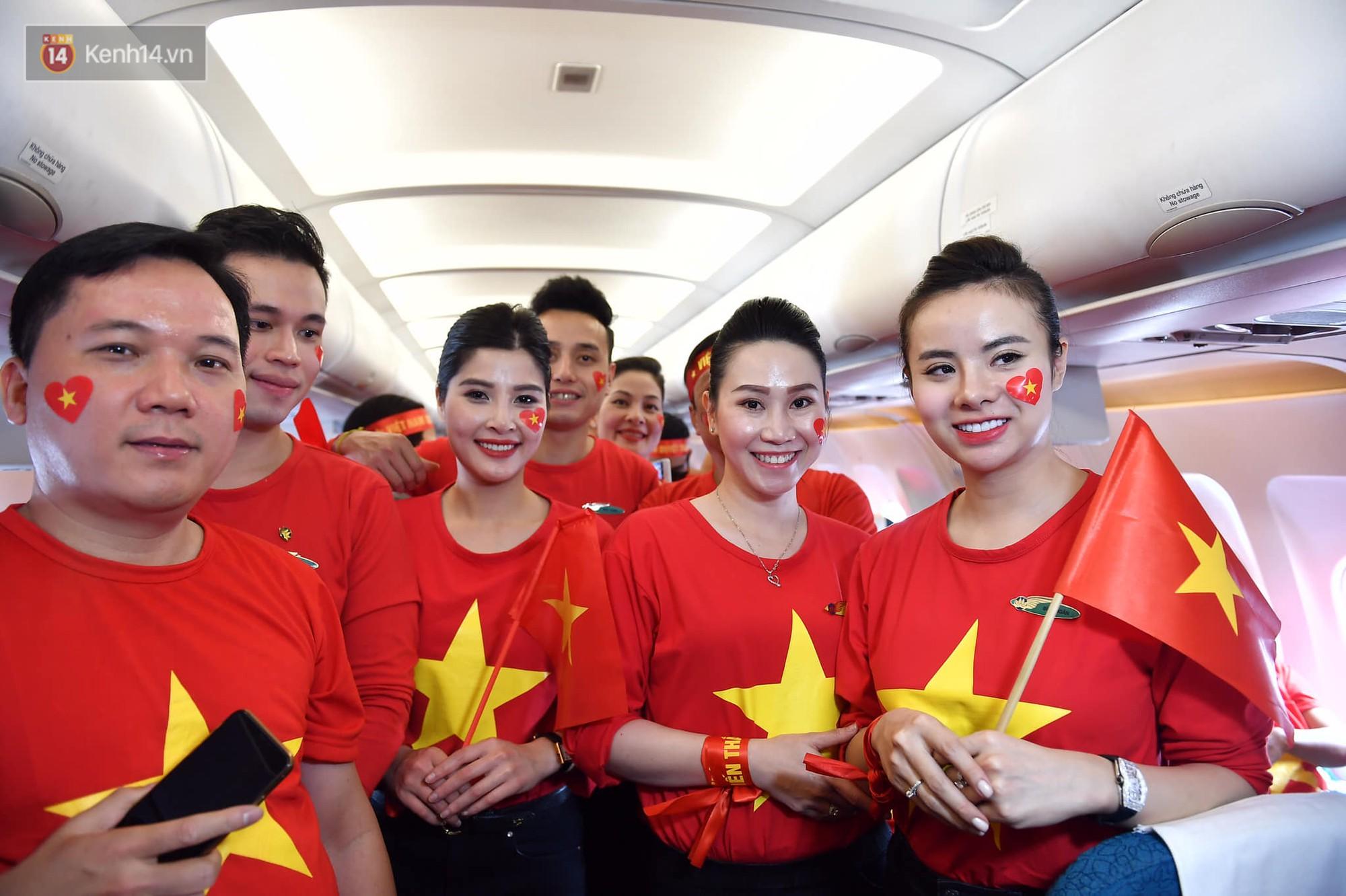 CĐV Việt Nam cùng nhau hát Quốc ca ở độ cao 10.000m, hết mình cổ vũ cho ĐT nước nhà trong trận chung kết AFF Cup 2018 - Ảnh 6