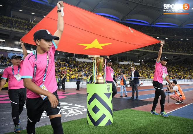 Xúc động khoảnh khắc Duy Mạnh, Văn Đức nhìn Quốc kỳ không rời trong lễ chào cờ chung kết AFF Cup - Ảnh 1