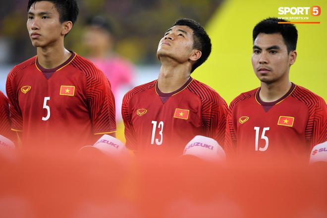 Xúc động khoảnh khắc Duy Mạnh, Văn Đức nhìn Quốc kỳ không rời trong lễ chào cờ chung kết AFF Cup - Ảnh 7