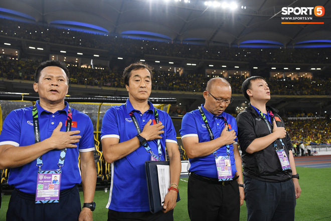 Xúc động khoảnh khắc Duy Mạnh, Văn Đức nhìn Quốc kỳ không rời trong lễ chào cờ chung kết AFF Cup - Ảnh 9