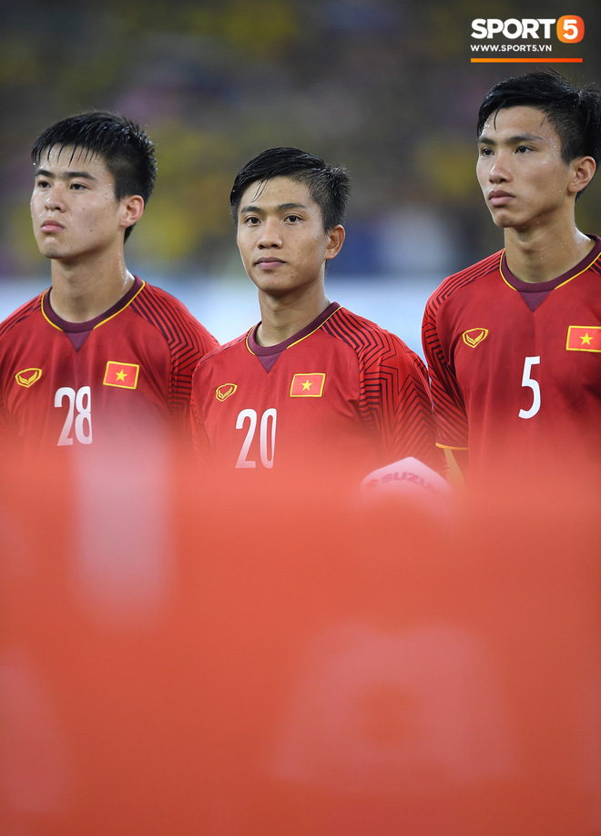 Xúc động khoảnh khắc Duy Mạnh, Văn Đức nhìn Quốc kỳ không rời trong lễ chào cờ chung kết AFF Cup - Ảnh 3