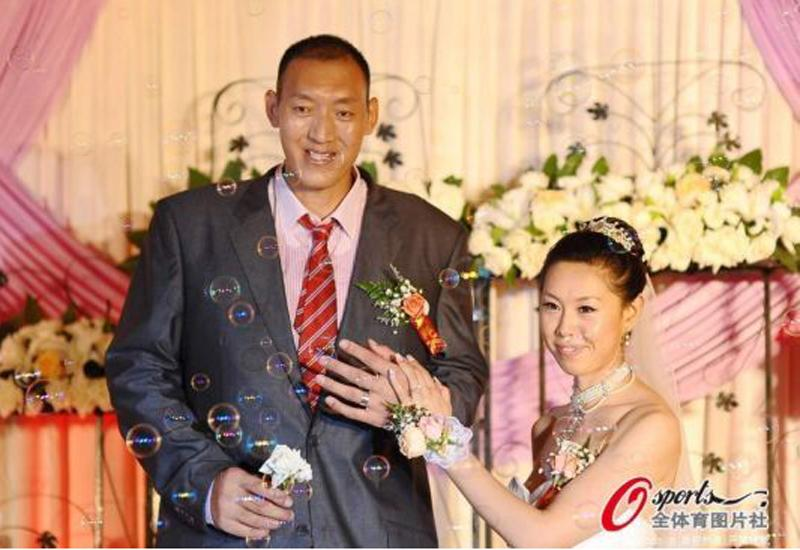 4 cặp vợ chồng 'dị' nhất thế giới: Béo đến mức không thể ân ái, anh chồng ôm em dâu vì tưởng là vợ - Ảnh 16
