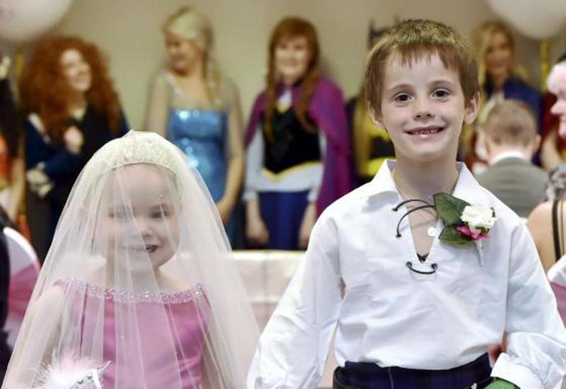 4 cặp vợ chồng 'dị' nhất thế giới: Béo đến mức không thể ân ái, anh chồng ôm em dâu vì tưởng là vợ - Ảnh 18