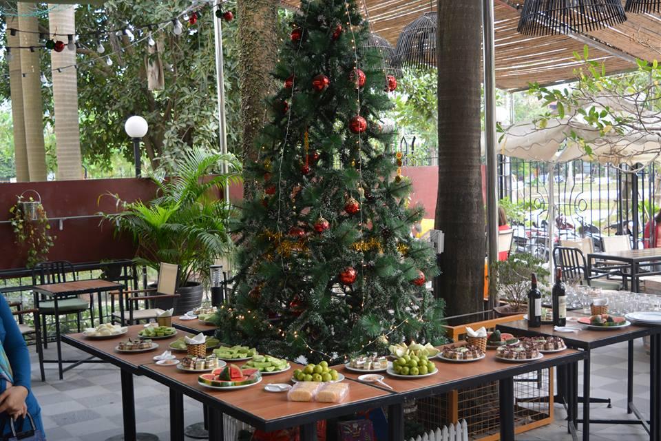 Chuẩn bị bữa tiệc Giáng sinh với bánh ngọt và hoa quả đơn giản