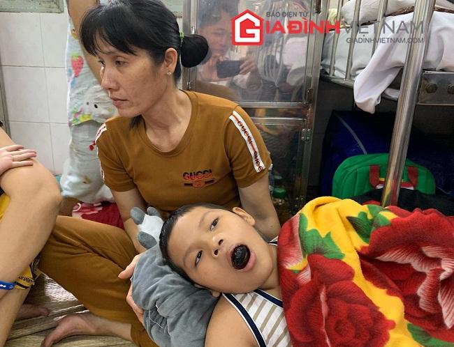 Chưa nguôi nỗi đau mất chồng, góa phụ nghèo đau đớn nhìn con chống chọi ung thư - Ảnh 2