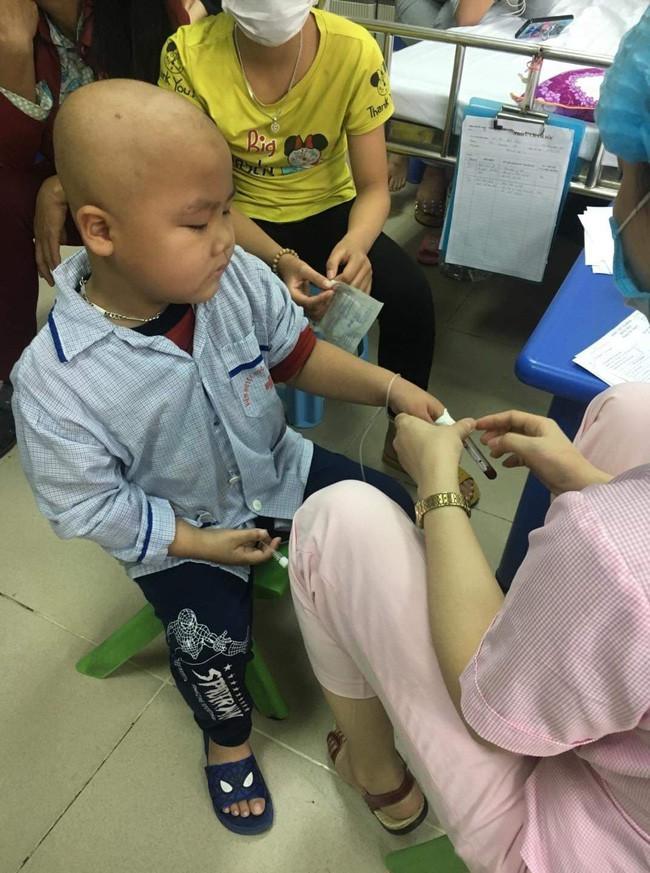 """Câu hỏi của con trai 7 tuổi mắc bệnh ung thư máu khiến người mẹ khóc nghẹn: """"Nếu bán nhà thì mẹ con mình ở đâu hả mẹ?"""" - Ảnh 4"""