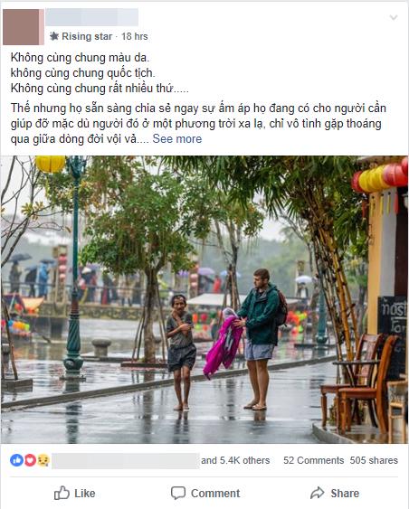 Hình ảnh chàng trai ngoại quốc đuổi theo, tặng chiếc áo ấm cho người đàn ông co ro giữa mưa lạnh ở Hội An khiến nhiều người ấm lòng - Ảnh 1