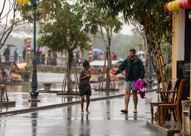 Hình ảnh chàng trai ngoại quốc đuổi theo, tặng chiếc áo ấm cho người đàn ông co ro giữa mưa lạnh ở Hội An khiến nhiều người ấm lòng - Ảnh 3