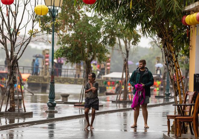 Hình ảnh chàng trai ngoại quốc đuổi theo, tặng chiếc áo ấm cho người đàn ông co ro giữa mưa lạnh ở Hội An khiến nhiều người ấm lòng - Ảnh 4