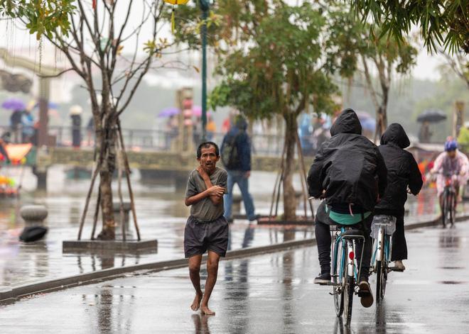 Hình ảnh chàng trai ngoại quốc đuổi theo, tặng chiếc áo ấm cho người đàn ông co ro giữa mưa lạnh ở Hội An khiến nhiều người ấm lòng - Ảnh 5