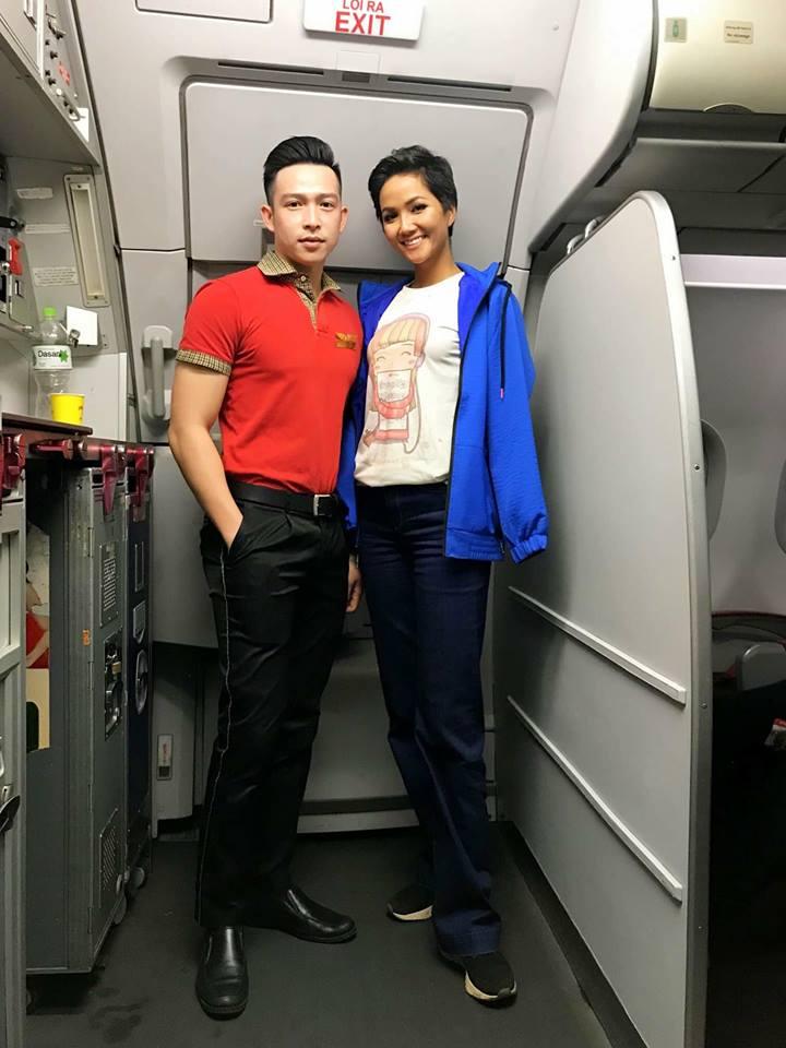 H'Hen Niê lên tiếng về việc mặc áo 40 nghìn mua ngoài chợ, đi giày dính đất lên máy bay - Ảnh 1