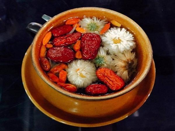 Nên sử dụng trà hoa cúc táo đỏ ngay khi còn nóng