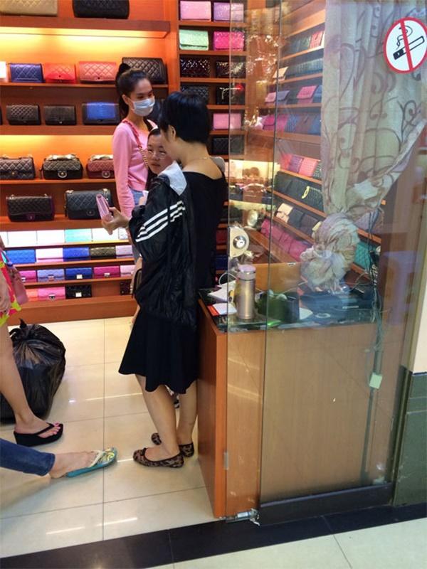 """Lộ hình ảnh lựa túi Quảng Châu, Ngọc Trinh dính nghi án """"đập hộp"""" túi fake - Ảnh 3"""