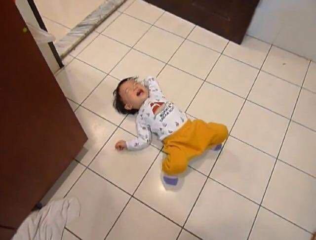 Bé 3 tuổi ăn vạ, mẹ ra tay xử lý, 1 tiếng sau im bặt và cách dạy con khiến phụ huynh tán thành - Ảnh 1