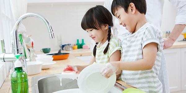Con có lười và hay trốn việc đến mấy, các mẹ hãy cứ áp dụng ngay 3 phương pháp này là con lại chăm ngay - Ảnh 1