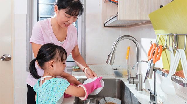 Con có lười và hay trốn việc đến mấy, các mẹ hãy cứ áp dụng ngay 3 phương pháp này là con lại chăm ngay - Ảnh 2