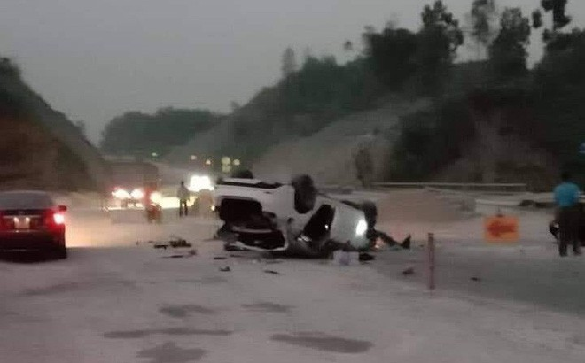 Mazda 6 lật trên cao tốc Nội Bài - Lào Cai, 3 người bị thương - Ảnh 1