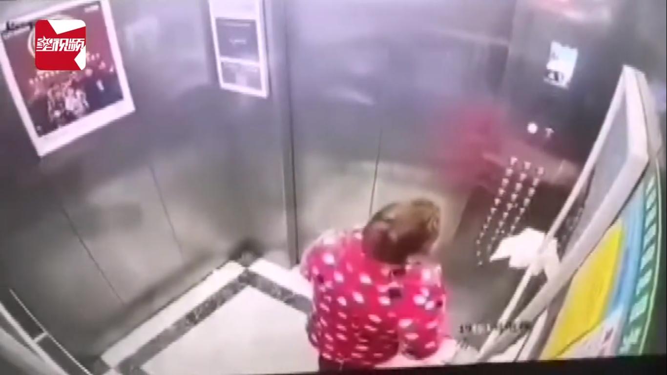 Cố tình nhổ nước bọt lên nút bấm thang máy, người phụ nữ bị cảnh sát bắt giam - Ảnh 1