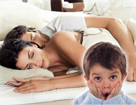 Xử lý thế nào khi con trẻ thấy bố mẹ làm chuyện tế nhị? - Ảnh 1