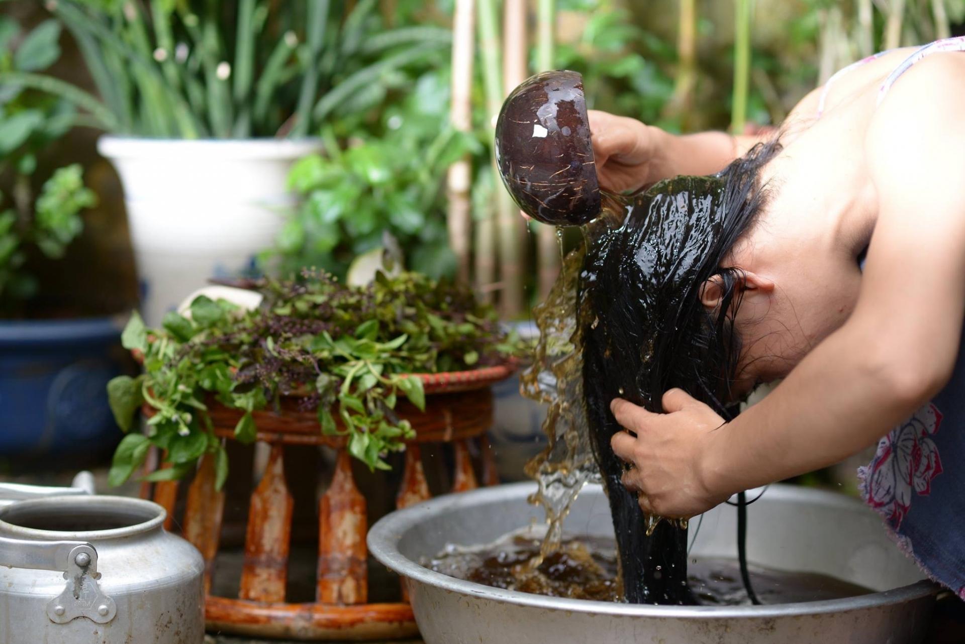 10 bí kíp chăm sóc tại nhà giúp phục hồi mái tóc gãy rụng, bạc sớm, khô xơ trở nên óng ả, bồng bềnh nhanh chóng - Ảnh 3